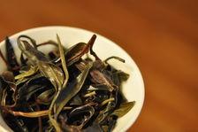Feuilles de thé violet infusées