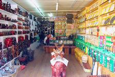 Boutique de Lijiang, à gauche l'artisanat en bois, à droite les galettes de puerh