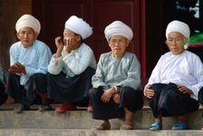Femmes Bulang dans le temple de Bang Xie