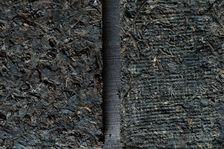 A Gauche Brique fermentée des années 70, à droite Brique de puerh <span class='translation'>(Pu Er tea)</span> brut des années 80 issue d'un stockage naturel sec