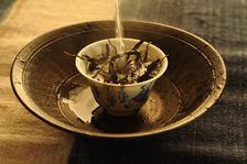 Infusion d'un thé puerh <span class='translation'>(Pu Er tea)</span> Copyright Sébastien Vacuithé