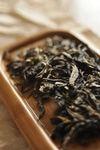 Feuilles sèches extraites d'une galette de puerh <span class='translation'>(Pu Er tea)</span> Copyright Sébastien Vacuithé