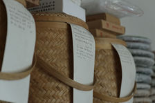 Galettes de puerh <span class='translation'>(Pu Er tea)</span> stockées dans des boites en bambou pour le long terme