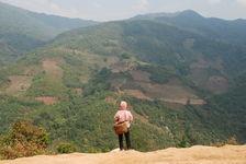 Jeune Lahu devant le paysage de Bing Dao
