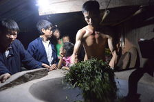 Travail artisanal des feuilles à Phogsaly