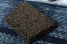 Thé puerh <span class='translation'>(Pu Er tea)</span> compressé en brique