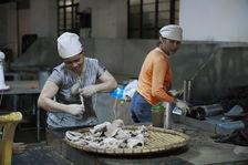 Femmes dans une usine de Jinuo Shan