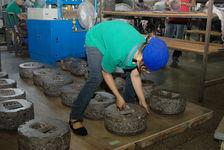 Femmes compressant des galettes de puerh <span class='translation'>(Pu Er tea)</span> chez Chen Sheng Hao
