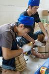 Hommes emballant des tongs de puerh <span class='translation'>(Pu Er tea)</span> chez Chen Sheng Hao