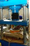 Pressage mécanique des galettes (Chen Sheng, Menghai)