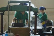 Pressage mécanique des briques (Chen Sheng, Menghai)