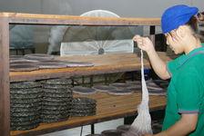 Sortie des galettes de leur sac de tissus (Chen Sheng, Menghai)