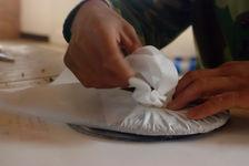 Emballage d une galette de puerh <span class='translation'>(Pu Er tea)</span> (Kucong, Pu Er)