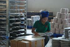 Emballage d une galette de puerh <span class='translation'>(Pu Er tea)</span> (Chen Sheng, Menghai)