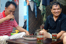 Infusion of Mao Cha in glasses of water in the villages producers (Jinuo Shan, Xishuangbanna)