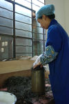 Compression of a traditional cake puerh <span class='translation'>(Pu Er tea)</span> (Baopuxuan workshop, YiWu)