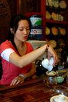 Vendeuse de thé présentant un Zi Cha