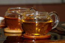 Comparaison de la liqueur dorée profonde de deux Zi Cha d'arbres anciens