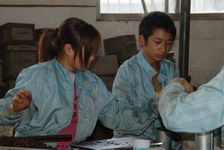 Pressing the puerh <span class='translation'>(Pu Er tea)</span> factory Lan Ting Chun today