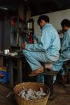 Pressage du puerh <span class='translation'>(Pu Er tea)</span> à l'usine Lan Ting Chun aujourd'hui