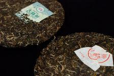 Haiwan 7548 2011 face à Menghai Tea Factory 7542 2011 (détail)