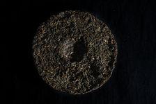 Galette de puerh <span class='translation'>(Pu Er tea)</span> entamée convenamblement