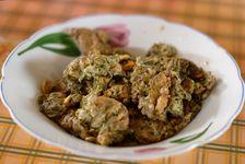Plat Jinuo composé de feuilles de thé fraiches