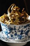 Gaiwan remplis de feuilles de thé