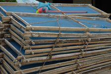 Femme Dai de retour de la rivière où elle a lavé une pile de cadre