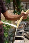 Découpage de l'écorce en fines lamelles filandreuses