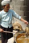 Retrait du Gou Pi après cuisson dans la cendre