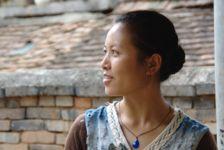 Femme Dai confectionnant du papier
