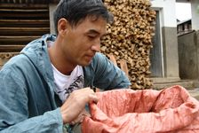 Wang Bing observant un maocha à San Qiutian
