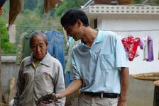 Wang Bing observant un maocha dans un village de Yi Wu
