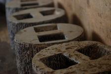 Pierres utilisés pour compresser les galettes de puerh, chez Wang Bing